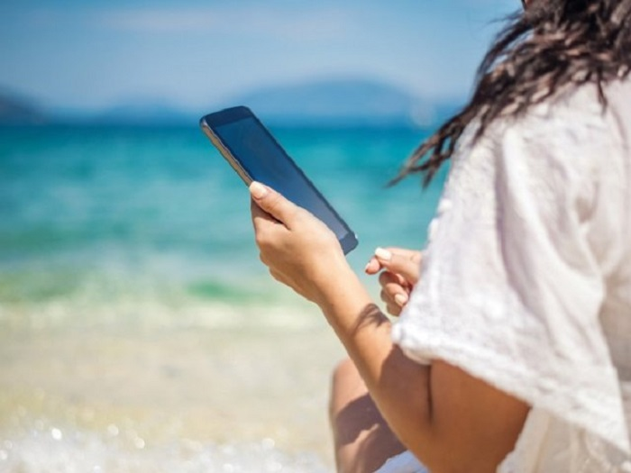 Mulher usando o celular à vontade em Cancún e México